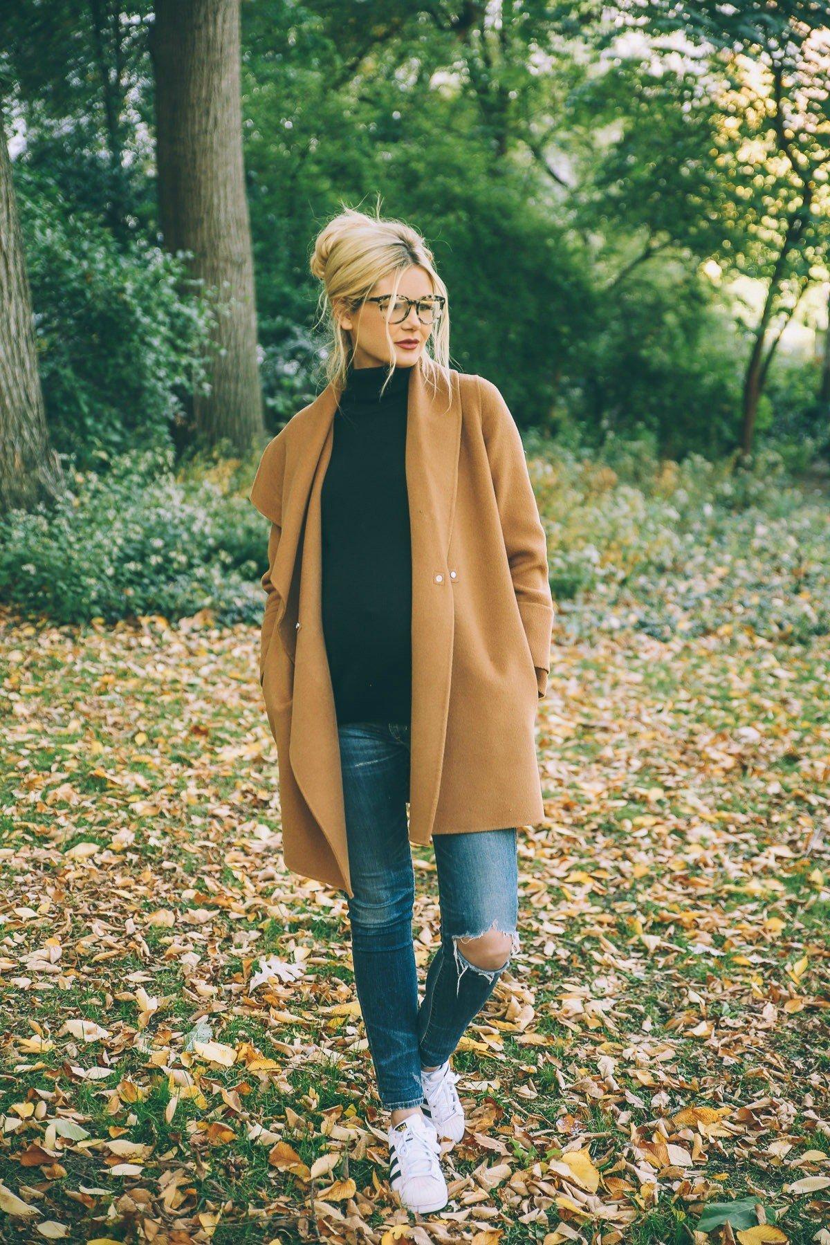 светло-коричневое пальто и рваные джинсы с чем носить