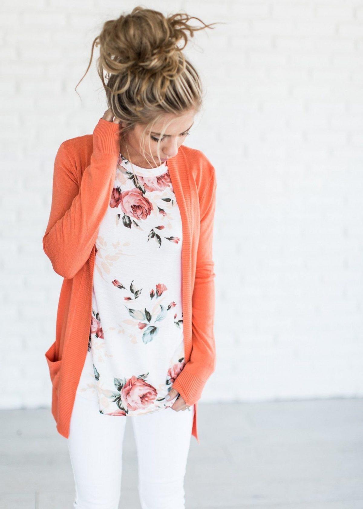оранжевый кардиган и белые джинсы с чем носить