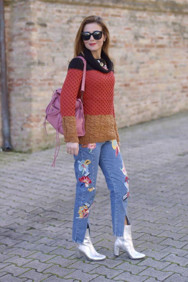 разноцветный свитер и джинсы с вышивкой с чем носить