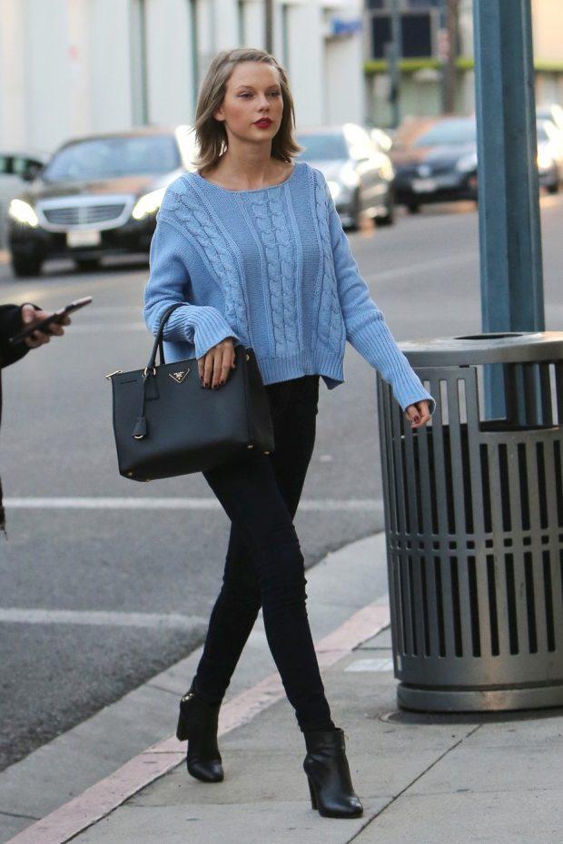 голубой свитер и черные джинсы с чем носить