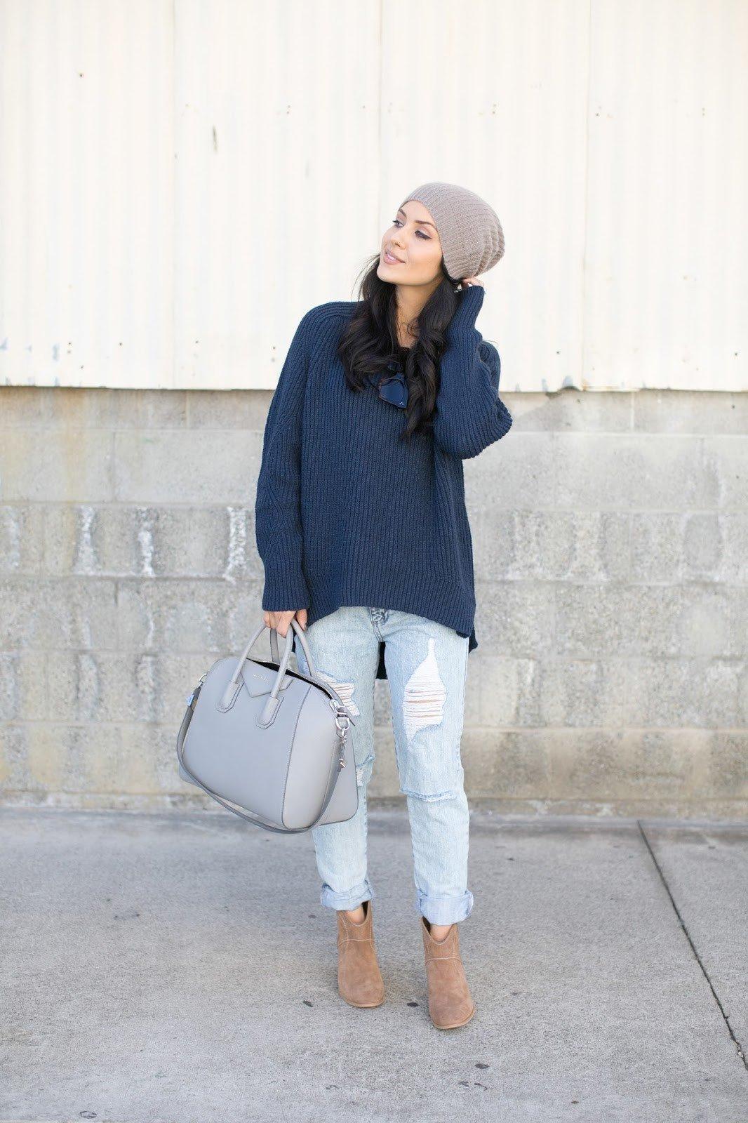 синий удлиненный свитер и светлые джинсы с чем носить