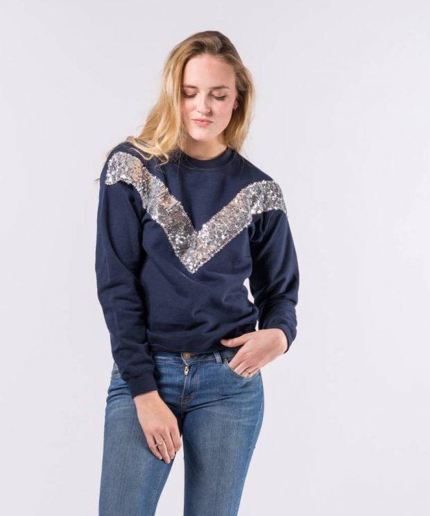 синий свитер с пайетками и джинсы с чем носить
