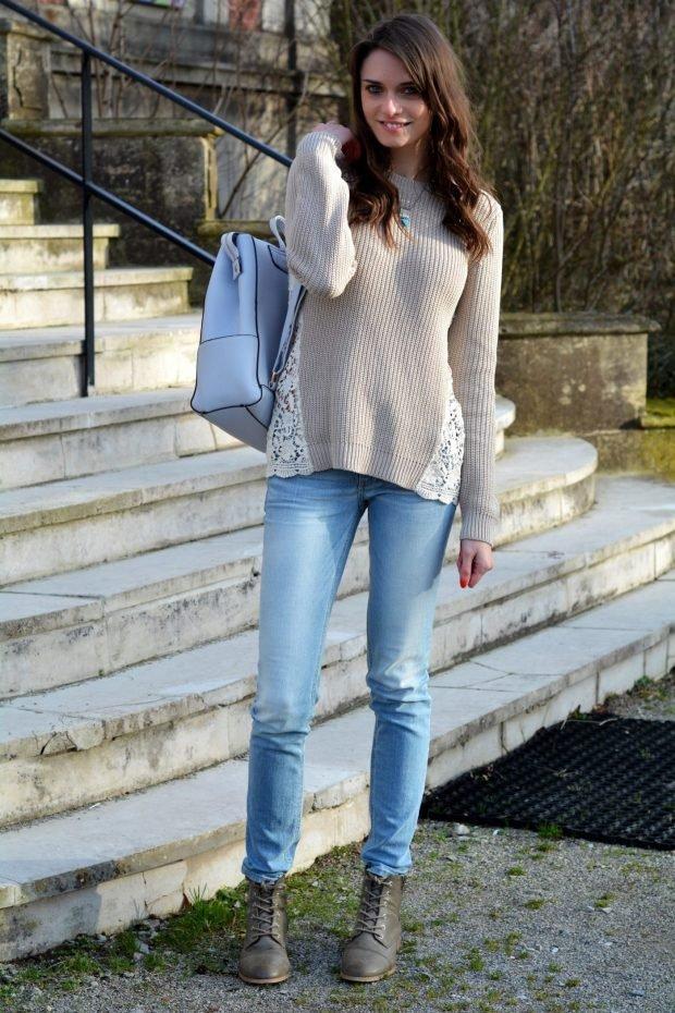 светлый свитер с ажурными вставками и джинсы с чем носить