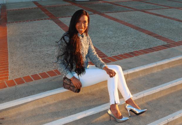 с чем носить джинсы: серый свитер и серебристые туфли