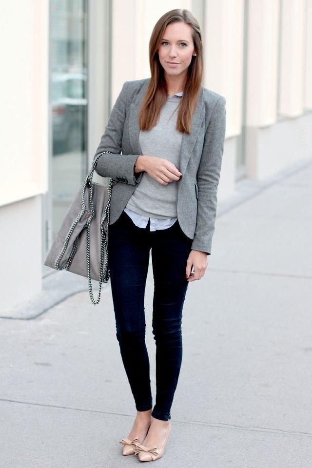 серый пиджак и темные джинсы с чем носить