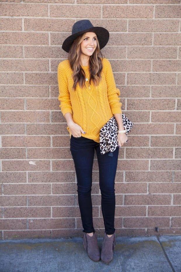 желтый свитер и темные джинсы с чем носить