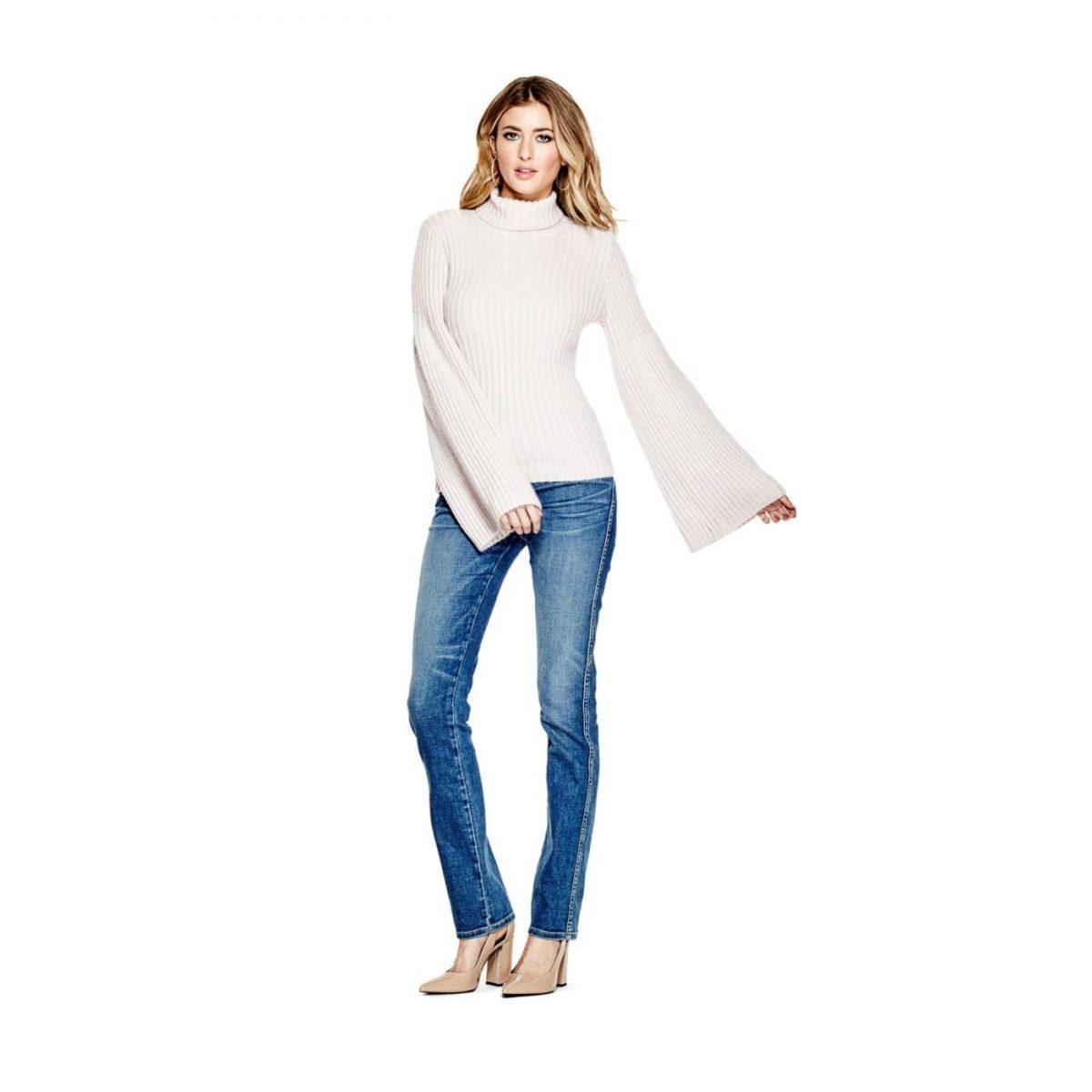светлый свитер с расклешенными рукавами и джинсы с чем носить