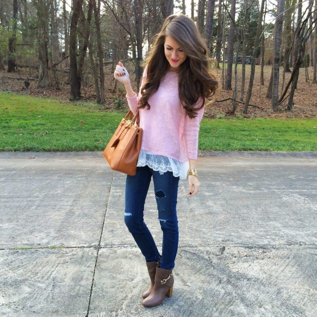 розовый свитер с кружевом и джинсы с чем носить