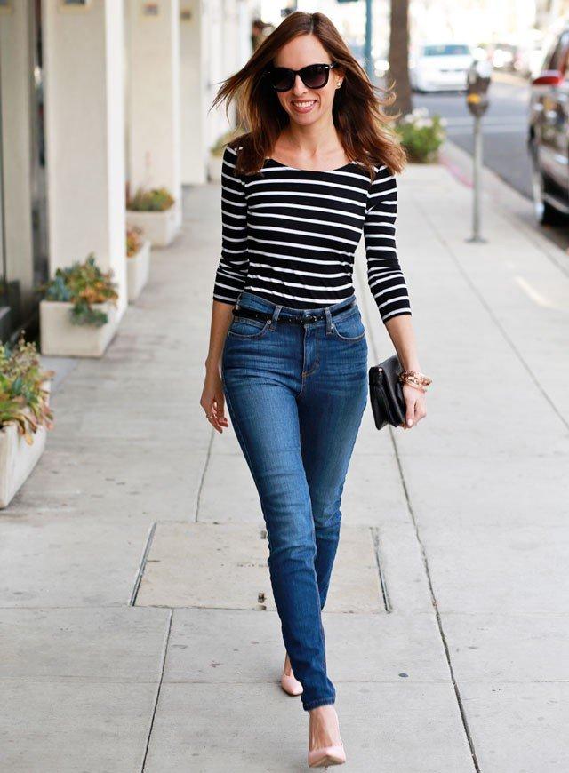 с чем носить синие джинсы и полосатая кофта