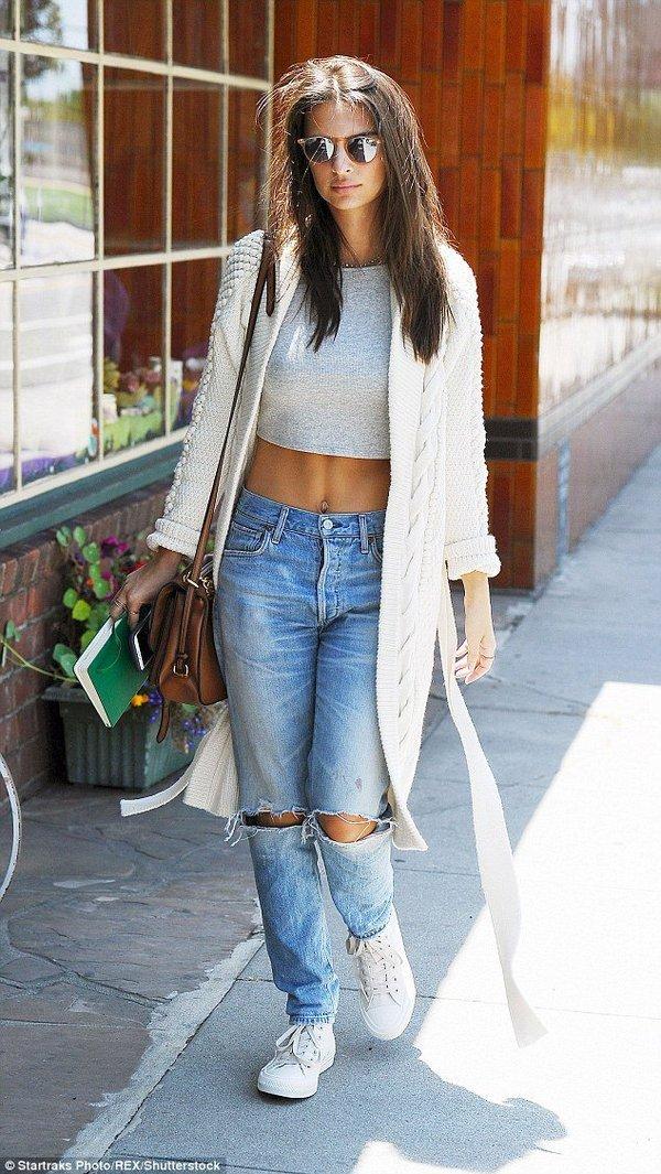 светлый укороченный топ и джинсы с чем носить