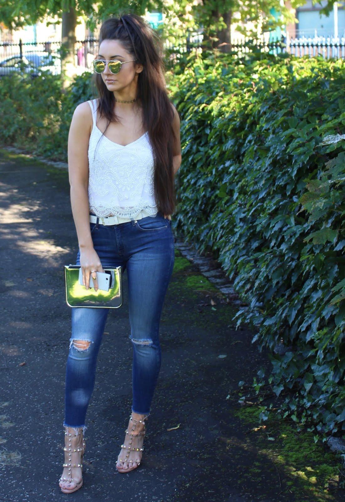 белый топ на бретелях и джинсы с чем носить