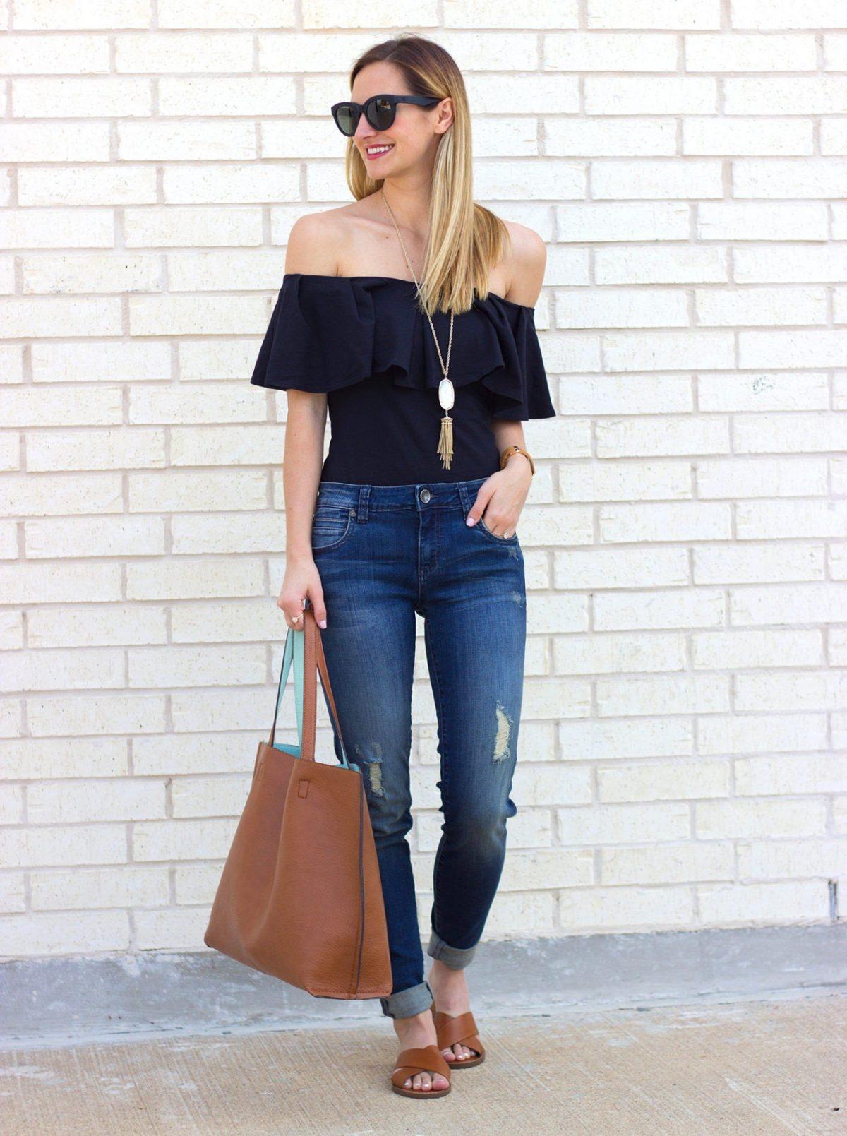 черный топ с открытыми плечами и воланами и джинсы с чем носить
