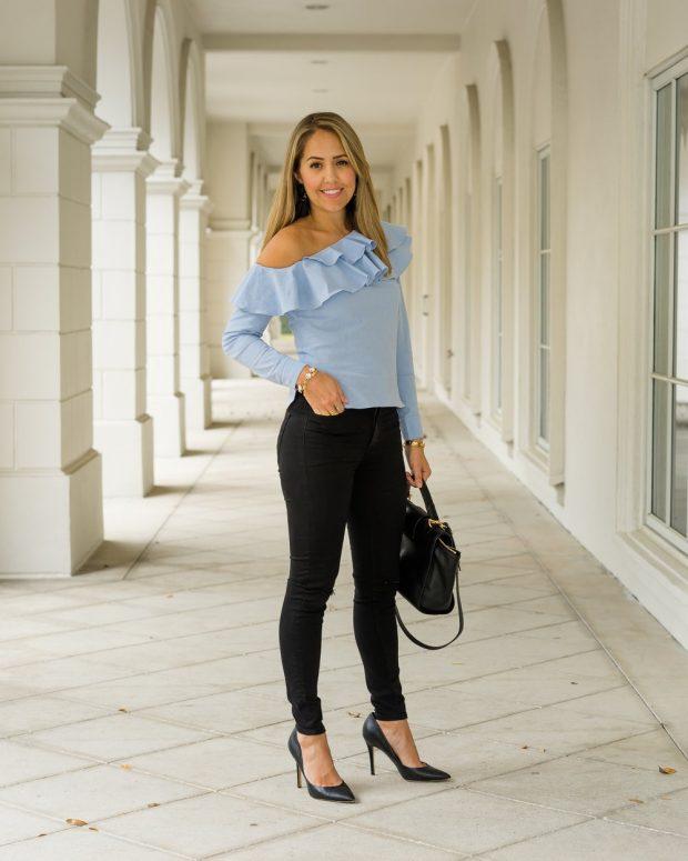 голубой топ с воланами и джинсы с чем носить