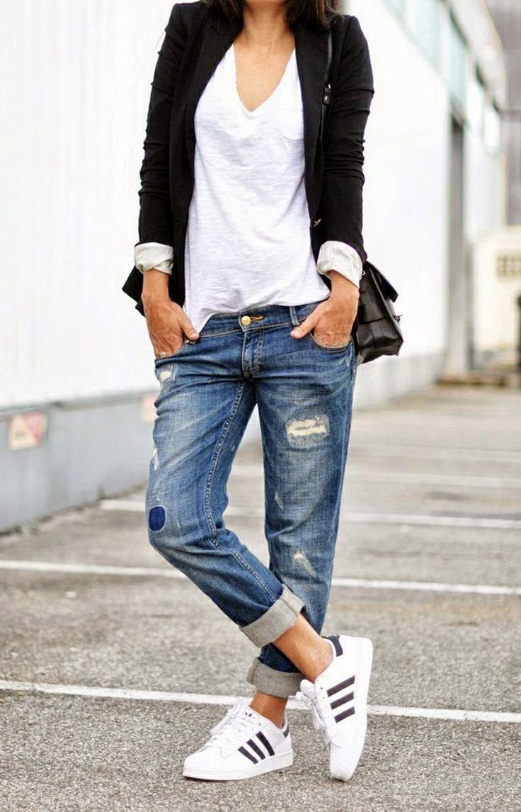 с чем носить джинсы: бойфренд и белые кроссовки