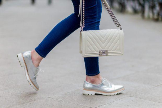 с чем носить джинсы: серебристые лоферы