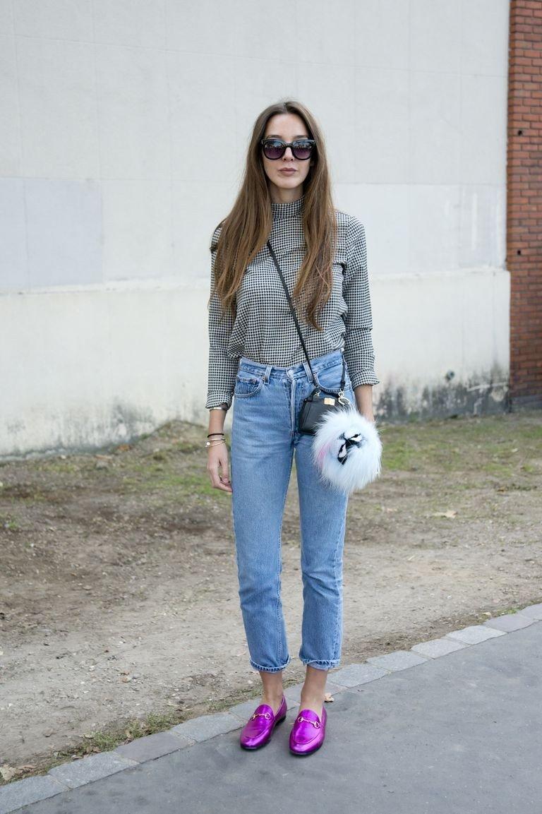 с чем носить джинсы: розовые лоферы