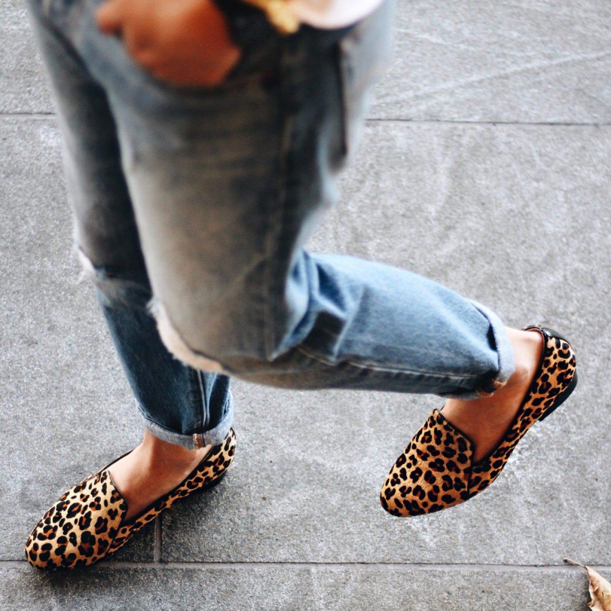с чем носить джинсы: леопардовые лоферы