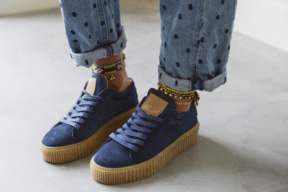 синие кеды и джинсы с чем носить