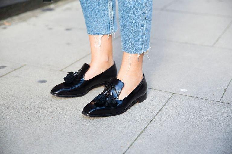 с чем носить джинсы: черные лоферы