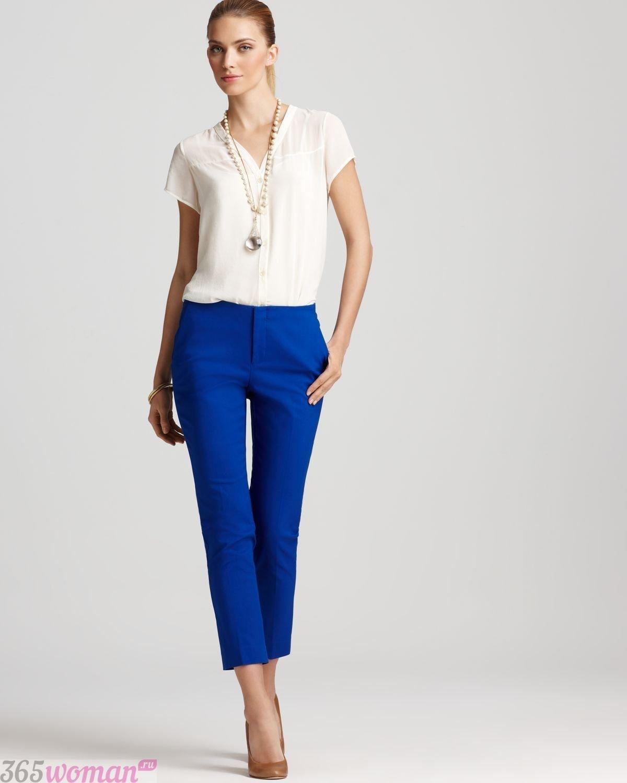 с чем носить ярко синие укороченные брюки и белая блуза