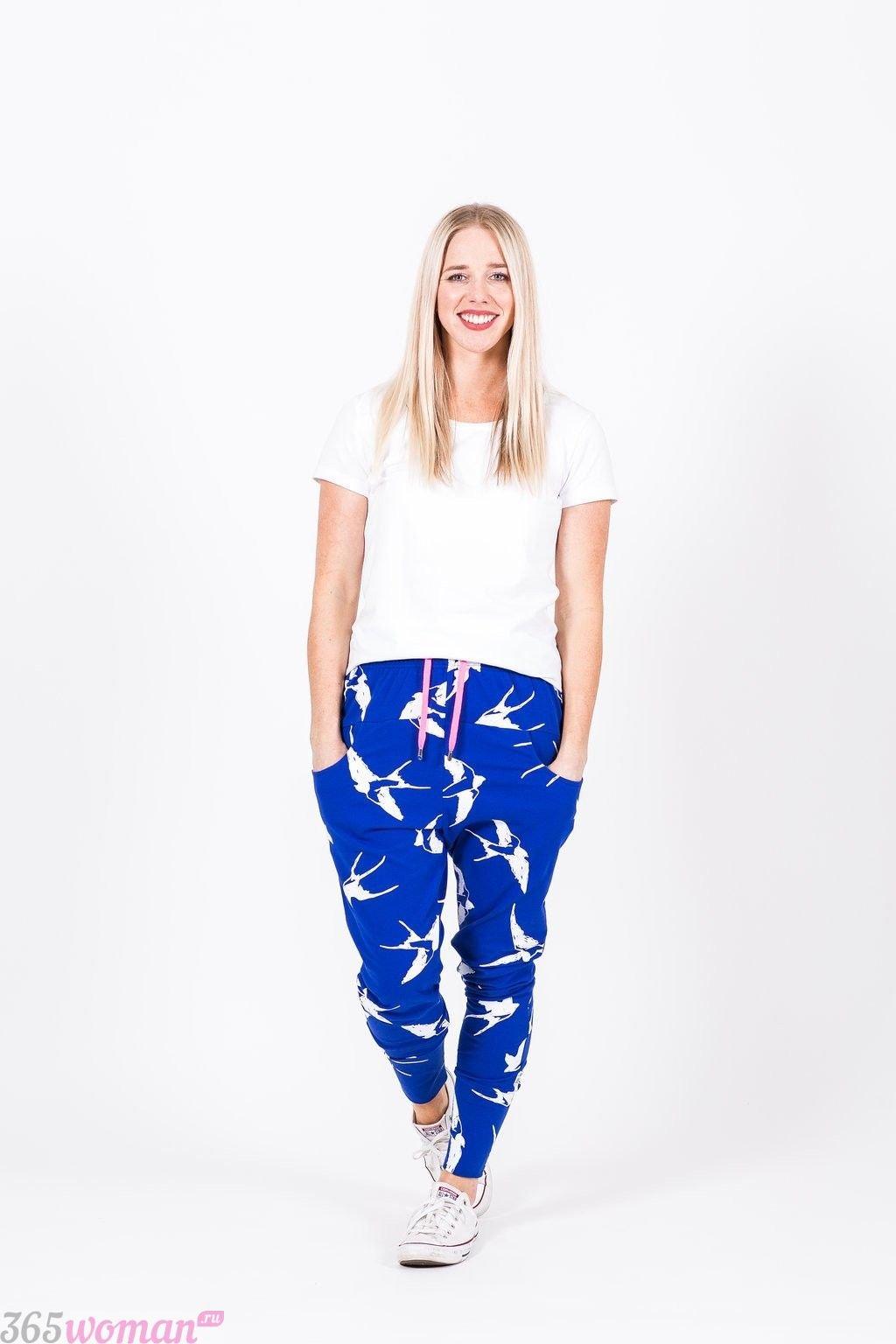 синие брюки с белым принтом с чем носить