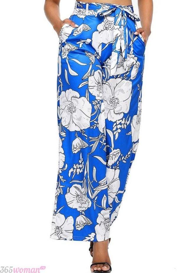 широкие синие брюки с цветочным принтом