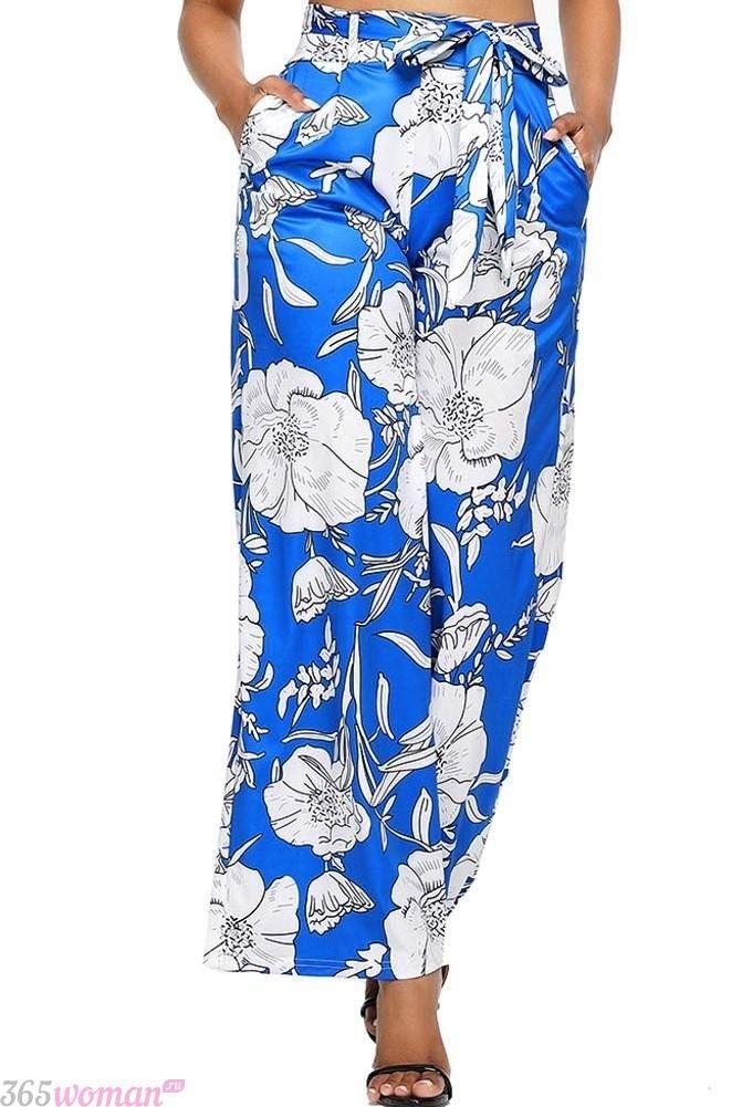 широкие синие брюки с цветочным принтом с чем носить