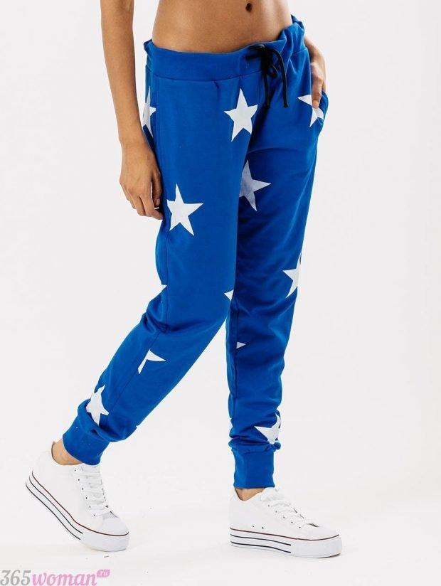 с чем носить спортивные синие брюки с принтом звезд
