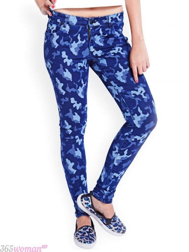 с чем носить синие брюки с принтом камуфляж