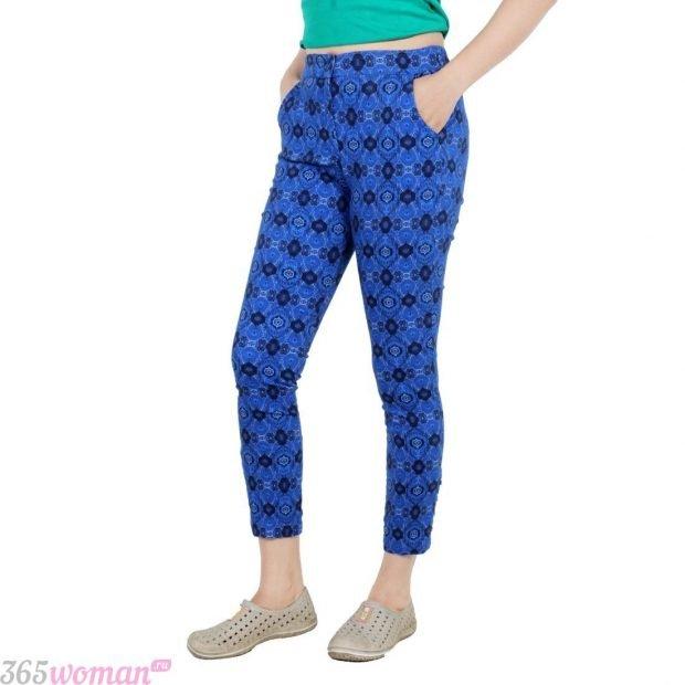 с чем носить узкие синие брюки с принтом