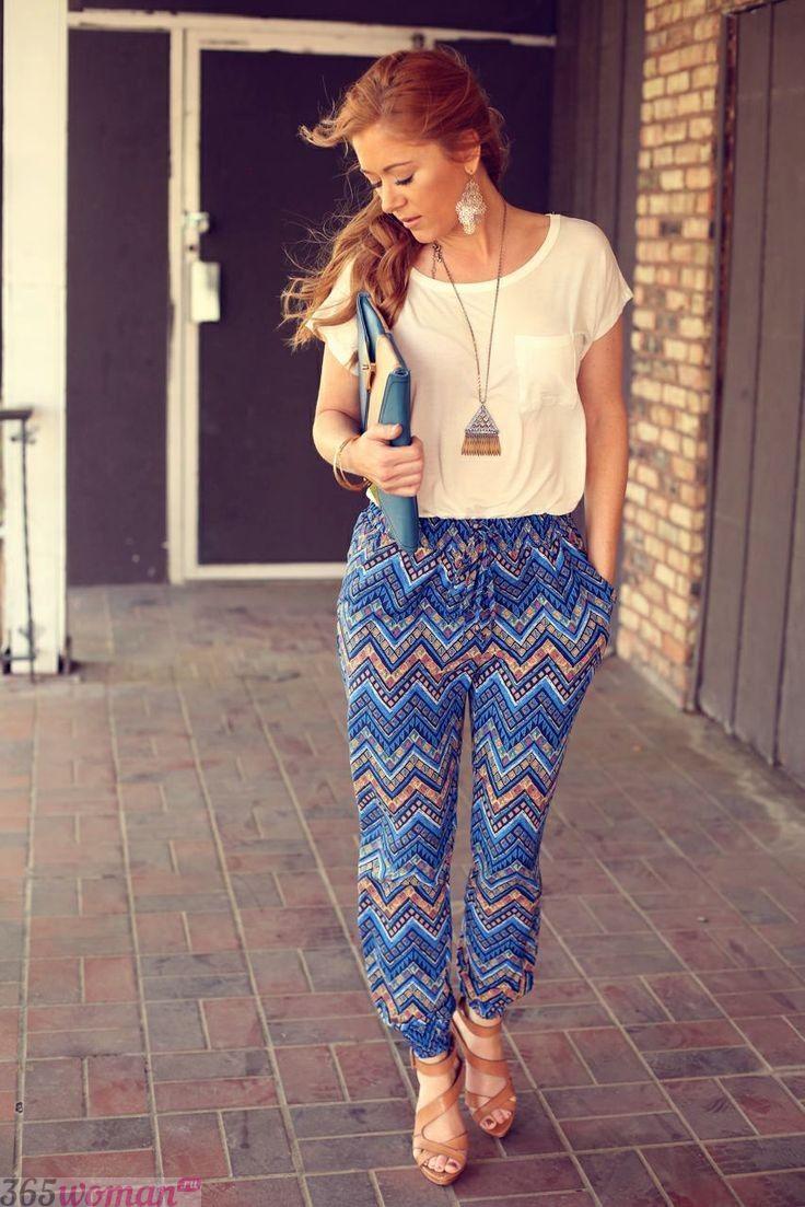 синие брюки с геометрическим принтом с чем носить
