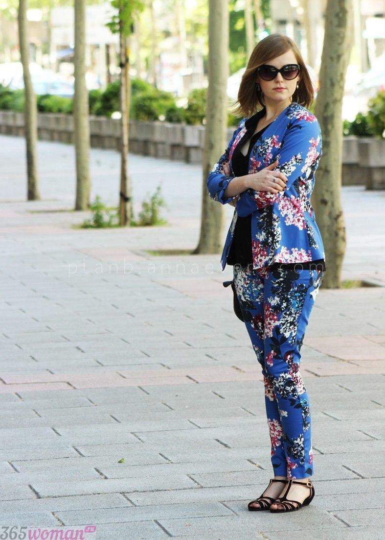 костюм с синими брюками с принтом с чем носить