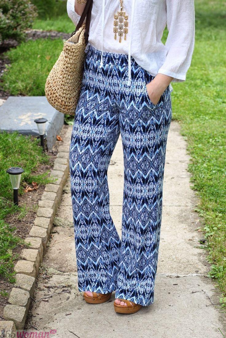 с чем носить свободные синие брюки с принтом