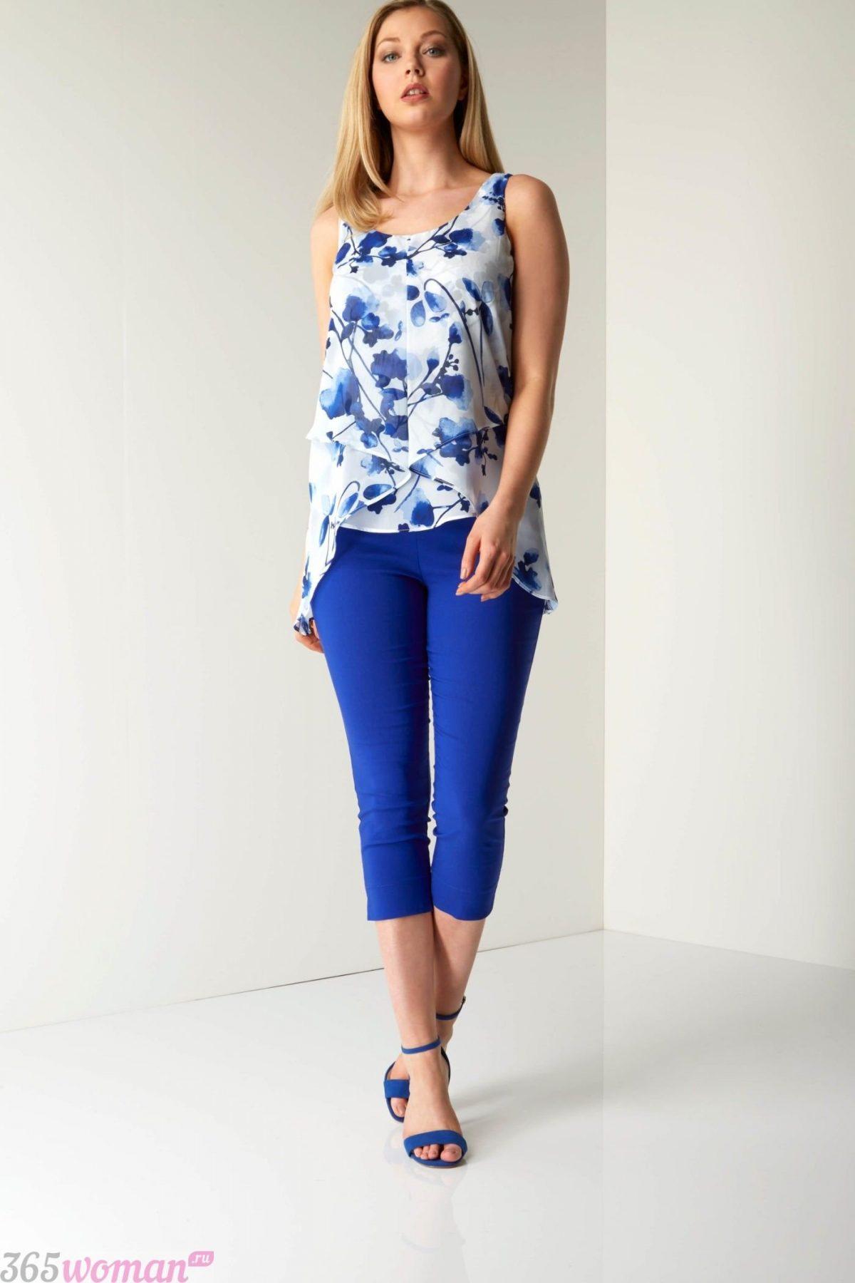 с чем носить ярко синие укороченные брюки и блуза цветочный принт