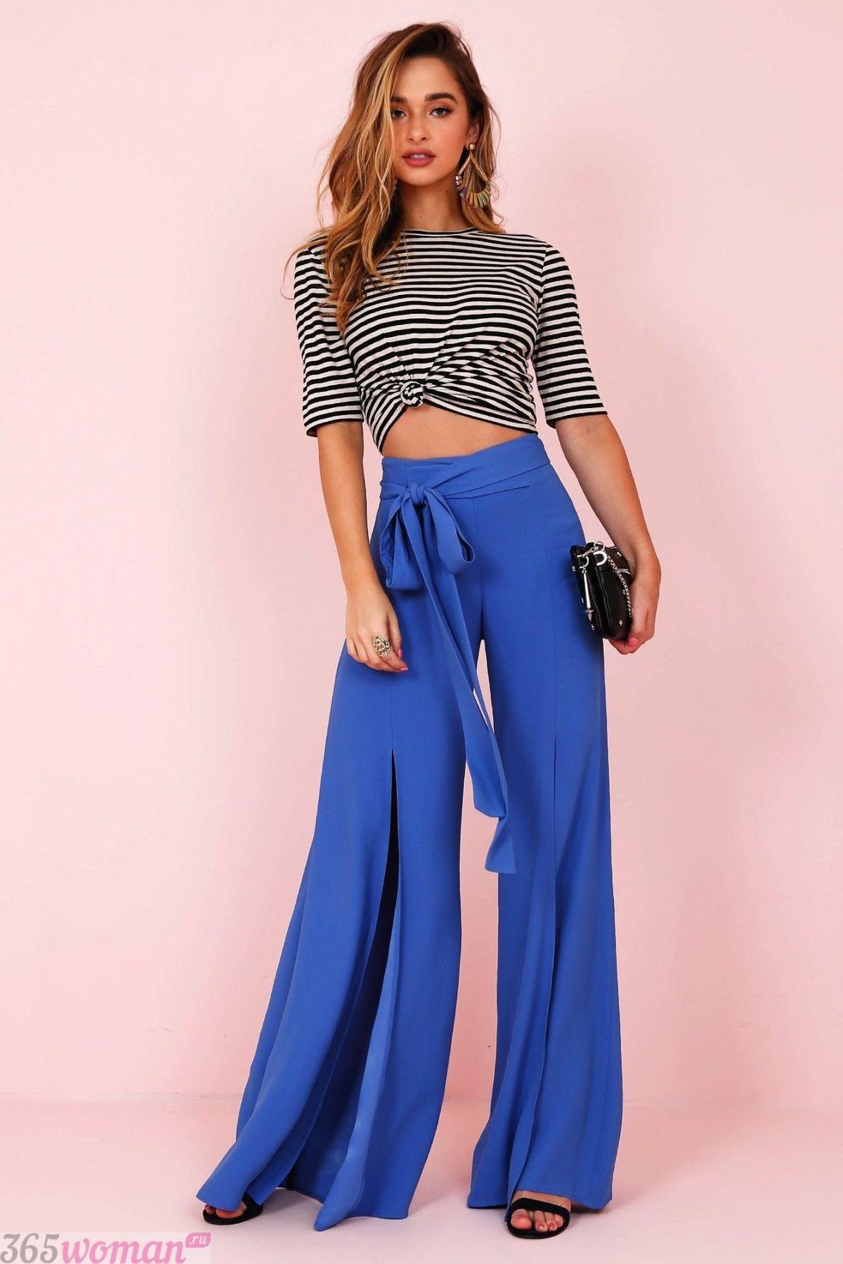 широкие ярко синие брюки с разрезами с чем носить
