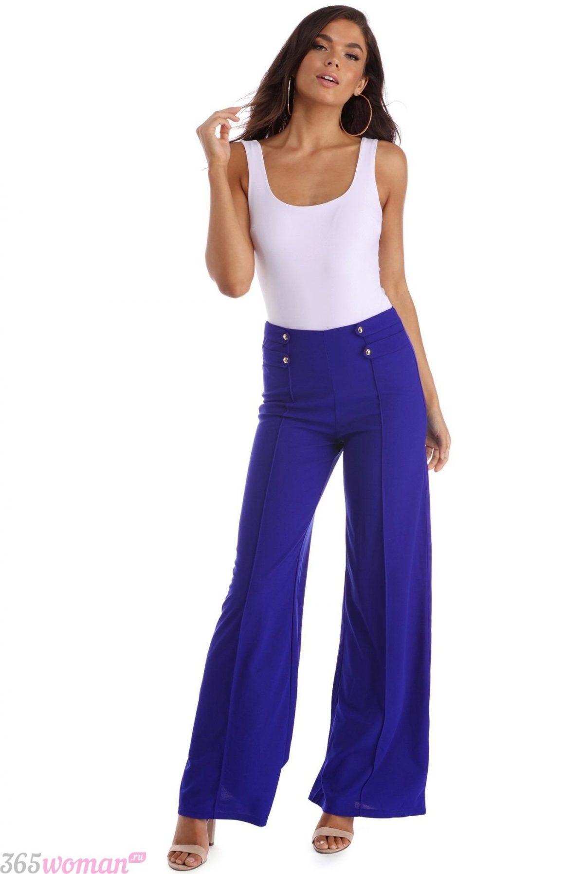 с чем носить ярко синие брюки клеш и белая майка