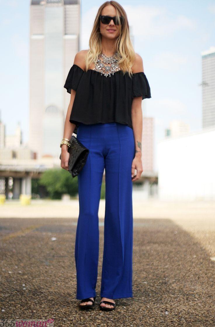 с чем носить ярко синие брюки клеш и черная блуза с воланом