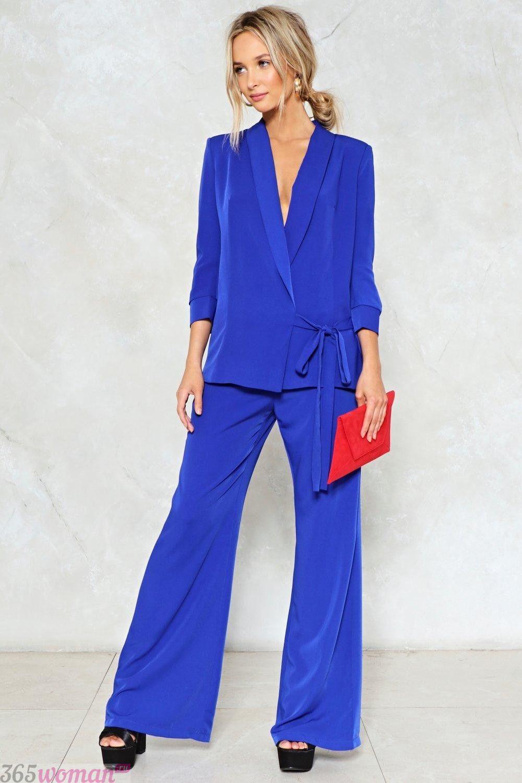 с чем носить костюм с ярко синими расклешенными брюками