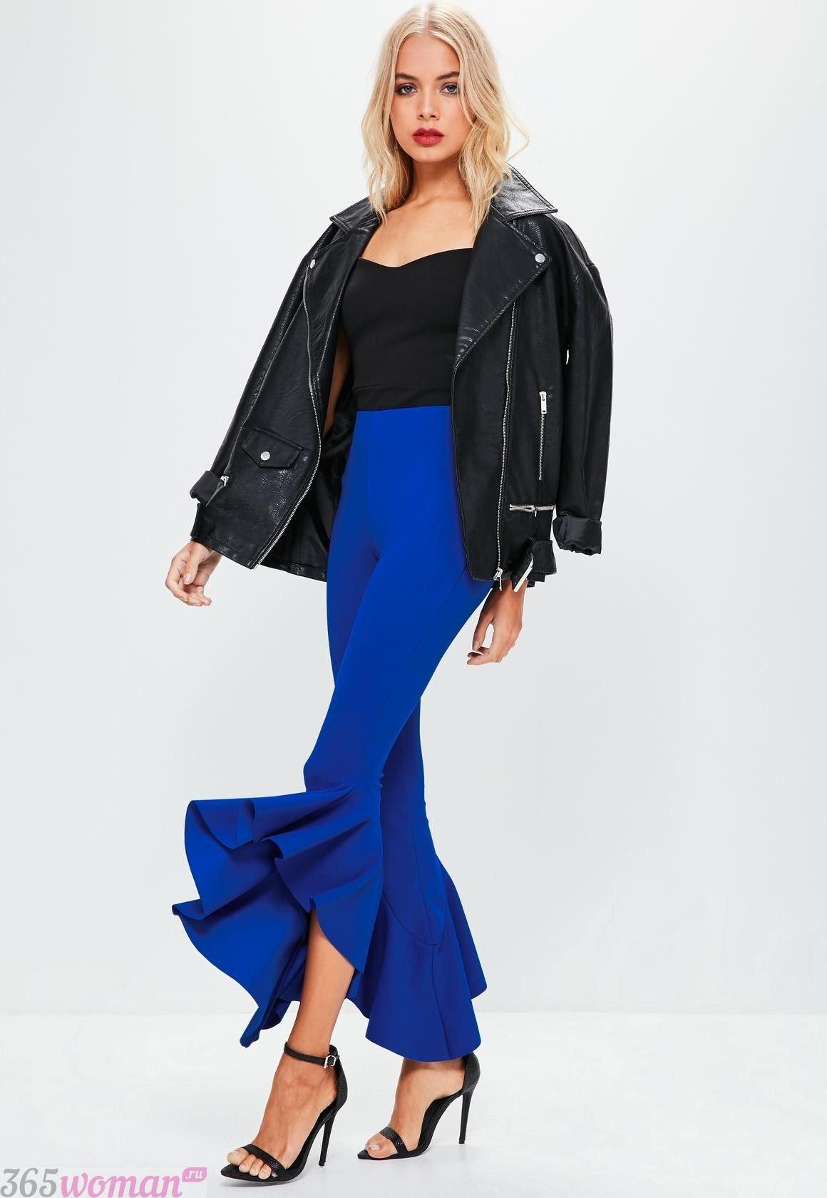 с чем носить ярко синие брюки клеш и кожаная черная куртка