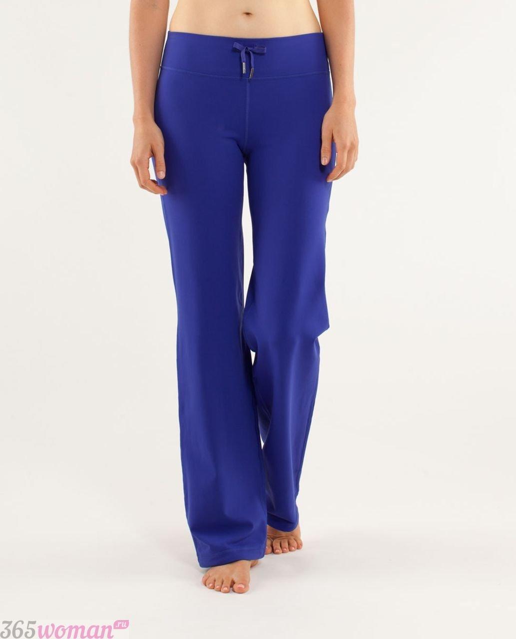 ярко синие брюки клеш с чем носить