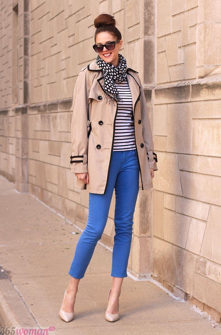 с чем носить ярко синие укороченные брюки и бежевое двубортное пальто