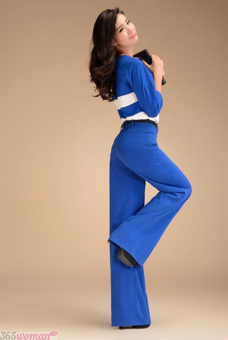 с чем носить ярко синие брюки клеш и синий пиджак с белыми полосками