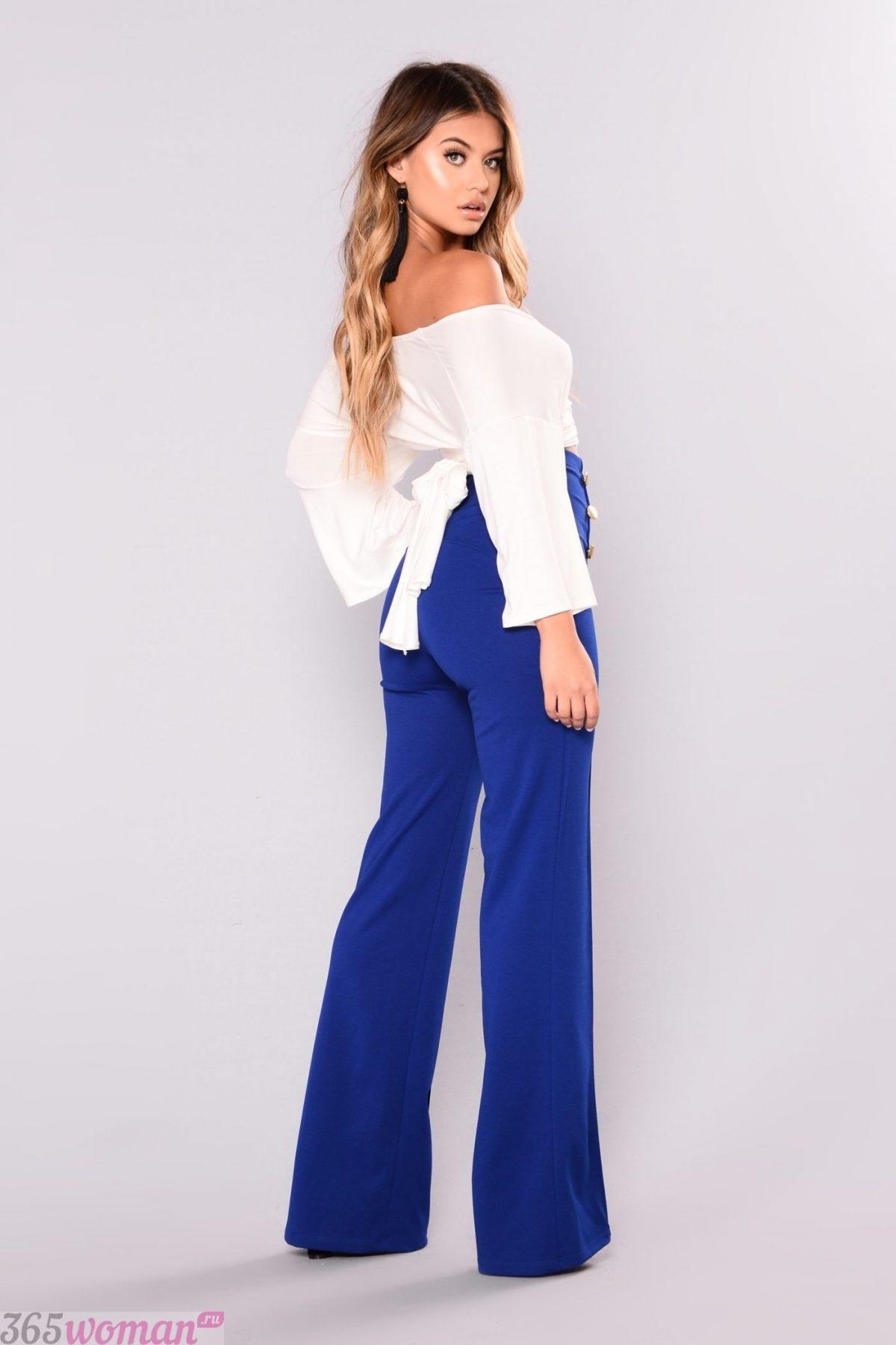 с чем носить ярко синие брюки клеш и белая блуза с открытыми плечами