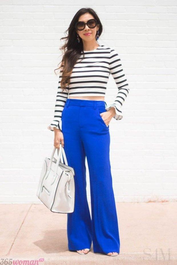 широкие ярко синие брюки и реглан в полоску