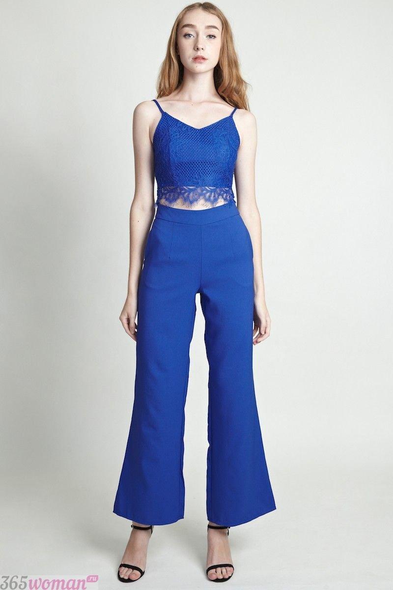 с чем носить ярко синие брюки клеш и кружевной топ в тон