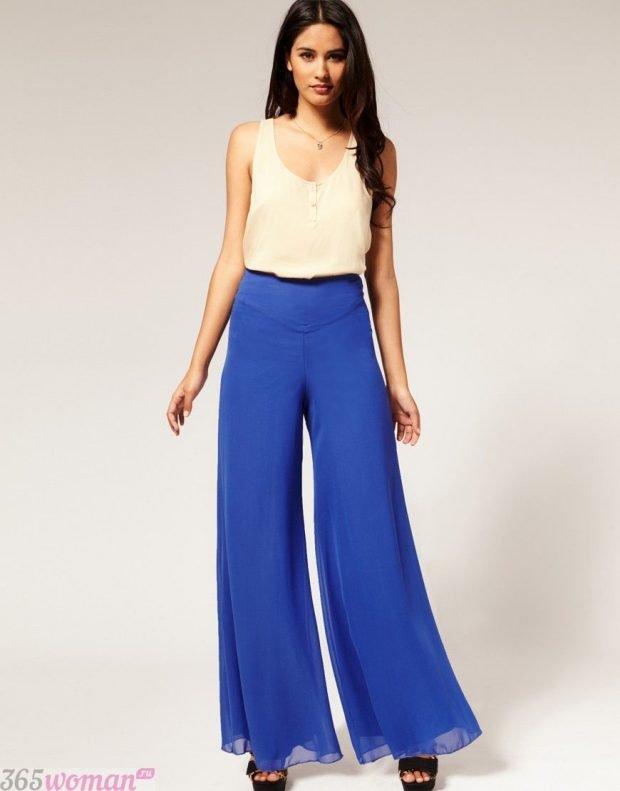 широкие ярко синие брюки и белая майка