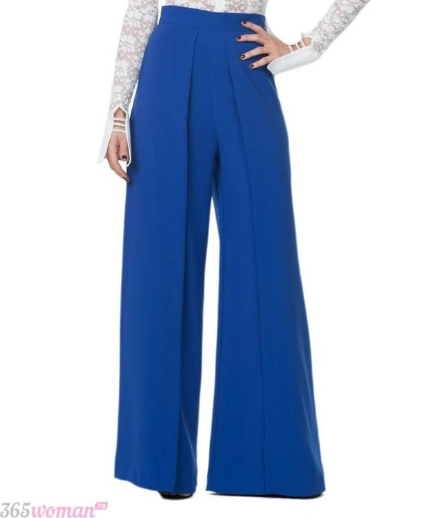 с чем носить широкие ярко синие брюки