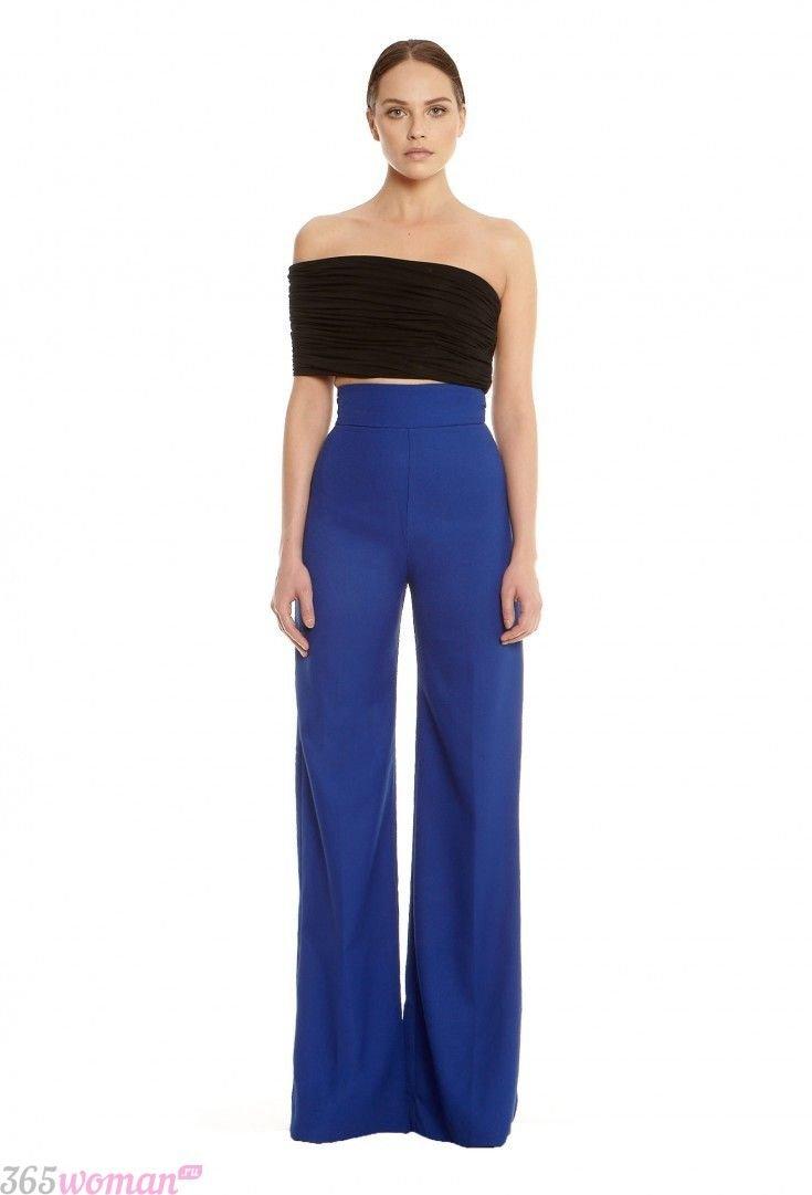 с чем носить широкие ярко синие брюки с завышенной талией и черный топ