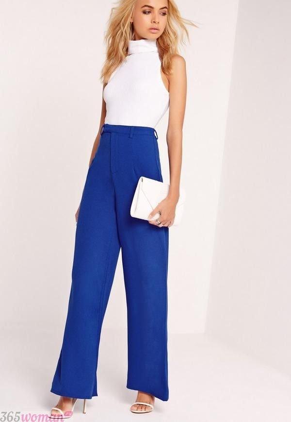с чем носить широкие ярко синие брюки и белый топ