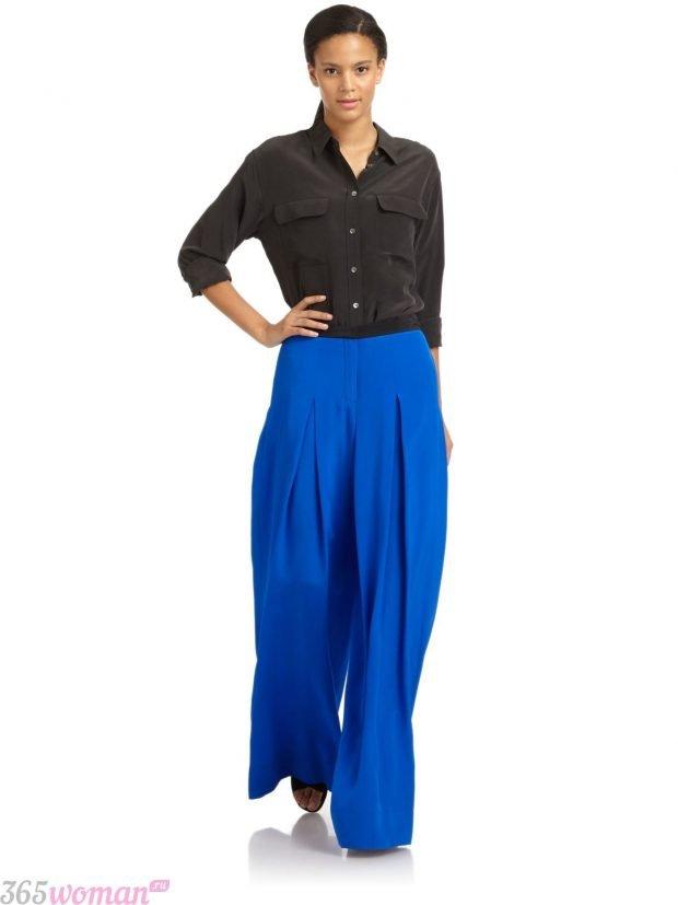 широкие ярко синие брюки и черная рубашка